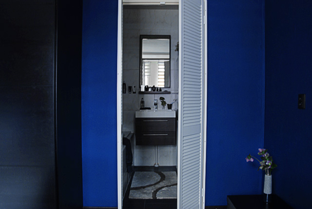 bluebedroom-louvre-bathroom